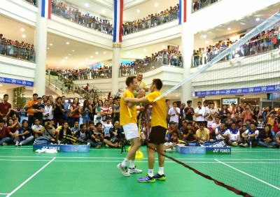 Peter v ChongWei in the center of shopping mall